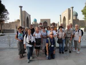 les participants au voyage devant la place du Régistan à Samarcande