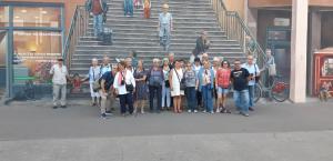 voyage Lyon le groupe devant peinture murale